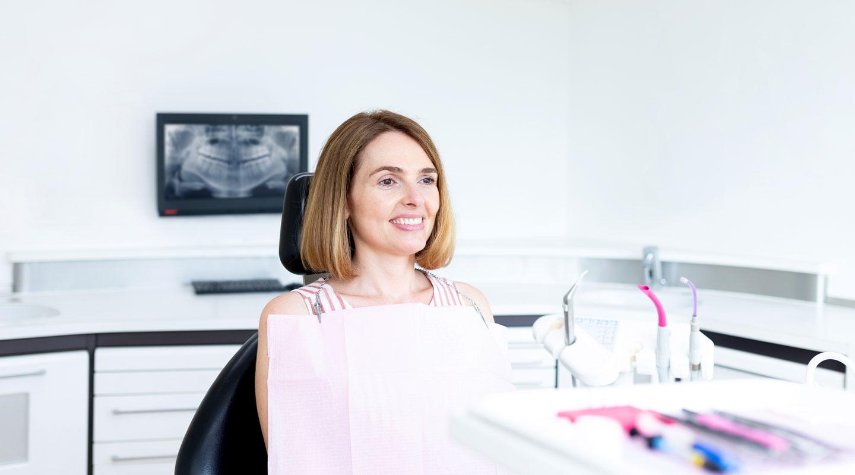 patientin behandlung zahnarzt
